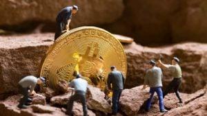 Art conceptuel de l'extraction de crypto avec peu de chiffres et un jeton Bitcoin (BTC).