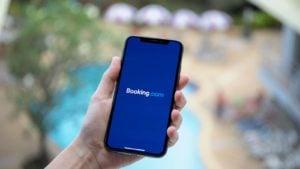 une personne ouvre Booking.com sur un smartphone